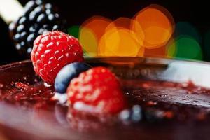fechar copo de cocktail tropical com frutas ou limonada. foto