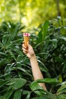 mão com sorvete de morango foto