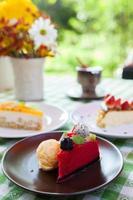 bolo de queijo e sorvete no prato com cobertura de frutas. foto