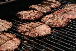 hambúrgueres grelhados foto