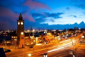 visão noturna do porto de hamburgo foto