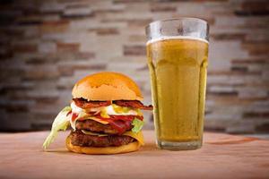 cerveja de hambúrguer foto