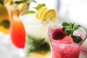 cocktails refrescantes com limão, hortelã, laranja e morango