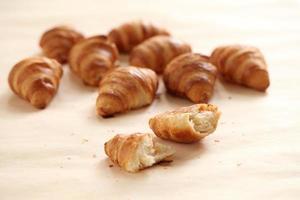 croissants franceses frescos numa toalha de mesa foto