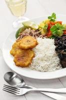 cozinha cubana, arroz com frijoles negros foto
