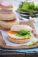 muffin inglês com ovo no café da manhã foto