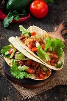 tacos mexicanos com carne, legumes e queijo