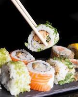 conjunto de sushi de frutos do mar japonês