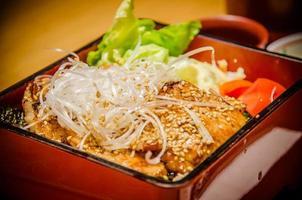 conjunto de bento japonês contém variedades de legumes foto
