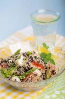 salada vegetariana com aspargos, lentilhas, quinoa e tofu