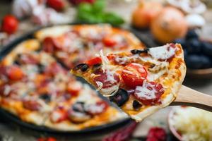 pizza de linguiça deliciosa foto