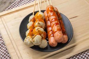a salsicha grelhada e bola de carne em estilo tailandês foto