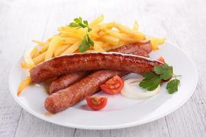 salsicha grelhada e batatas fritas
