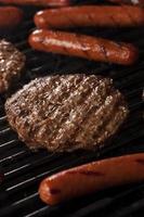 hambúrgueres e cachorros-quentes na grelha