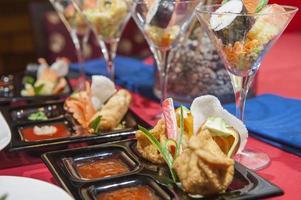 seleção de aperitivos chineses em um restaurante foto