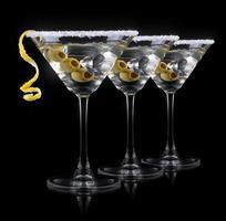 martini cocktail em um preto foto