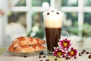 copo de café fresco cocktail sobre fundo verde brilhante foto