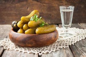 picles em uma mesa de madeira. lanche russo foto