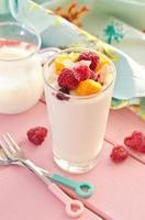 iogurte fresco com framboesas e manga foto
