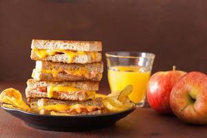 sanduíche de queijo e bacon grelhado foto