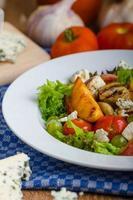 frutas grelhadas com queijo azul e salada foto