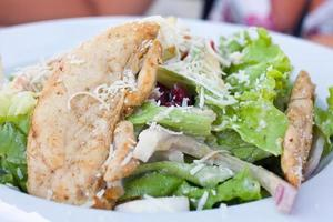 salada saudável com frango e legumes na tigela foto