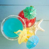 cocktails na mesa de madeira azul