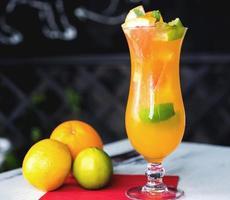 cocktail de laranja na mesa de madeira rústica. foco seletivo