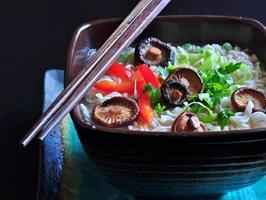 macarrão ramen com cogumelos shiitake, ervilhas, pimentão, coentro