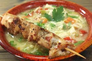 sopa de galinha com pão