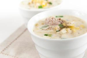 duas tigelas de sopa de batata e alho-poró foto