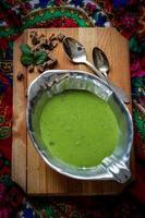 sopa cremosa de ervilha com pão integral foto