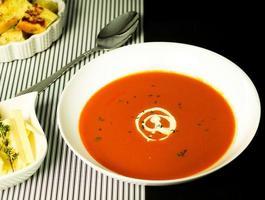 sopa de pimentão vermelho e tomate foto