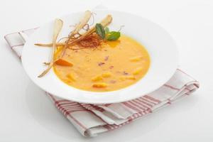 sopa de hokkaido no guardanapo de pano no fundo branco foto