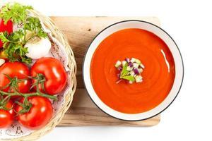 tigela de sopa de tomate foto
