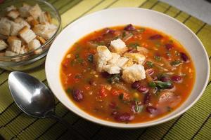 sopa de feijão com croutons e feijão foto