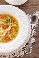 sopa de macarrão com caldo de carne foto