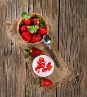 copo de iogurte de morango, com morangos frescos foto