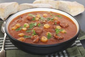 sopa de chouriço de grão de bico de tomate foto