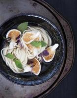 sopa de macarrão asiático com cogumelos ostra foto