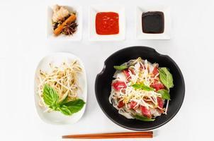pho - sopa de macarrão de carne rara vietnamita foto