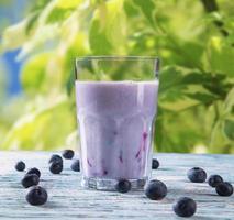 leite de frutas frescas na madeira foto
