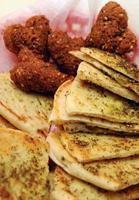 corações de falafel com foco de pão pita