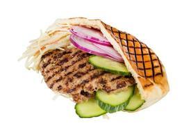 carne de fast-food com legumes em pita foto