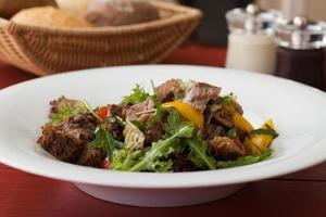 salada com carne