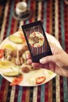 tirando foto do prato com falafels