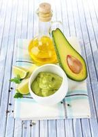 guacamole fresco em tigela na mesa de madeira foto