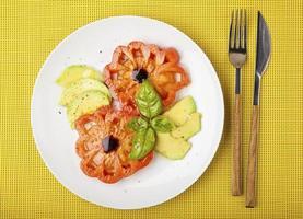 mistura de salada com tomate abacate e bife foto