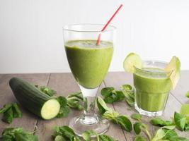 smoothies verdes frescos saudáveis foto