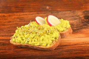 sanduíches com abacate, rabanete e germes foto